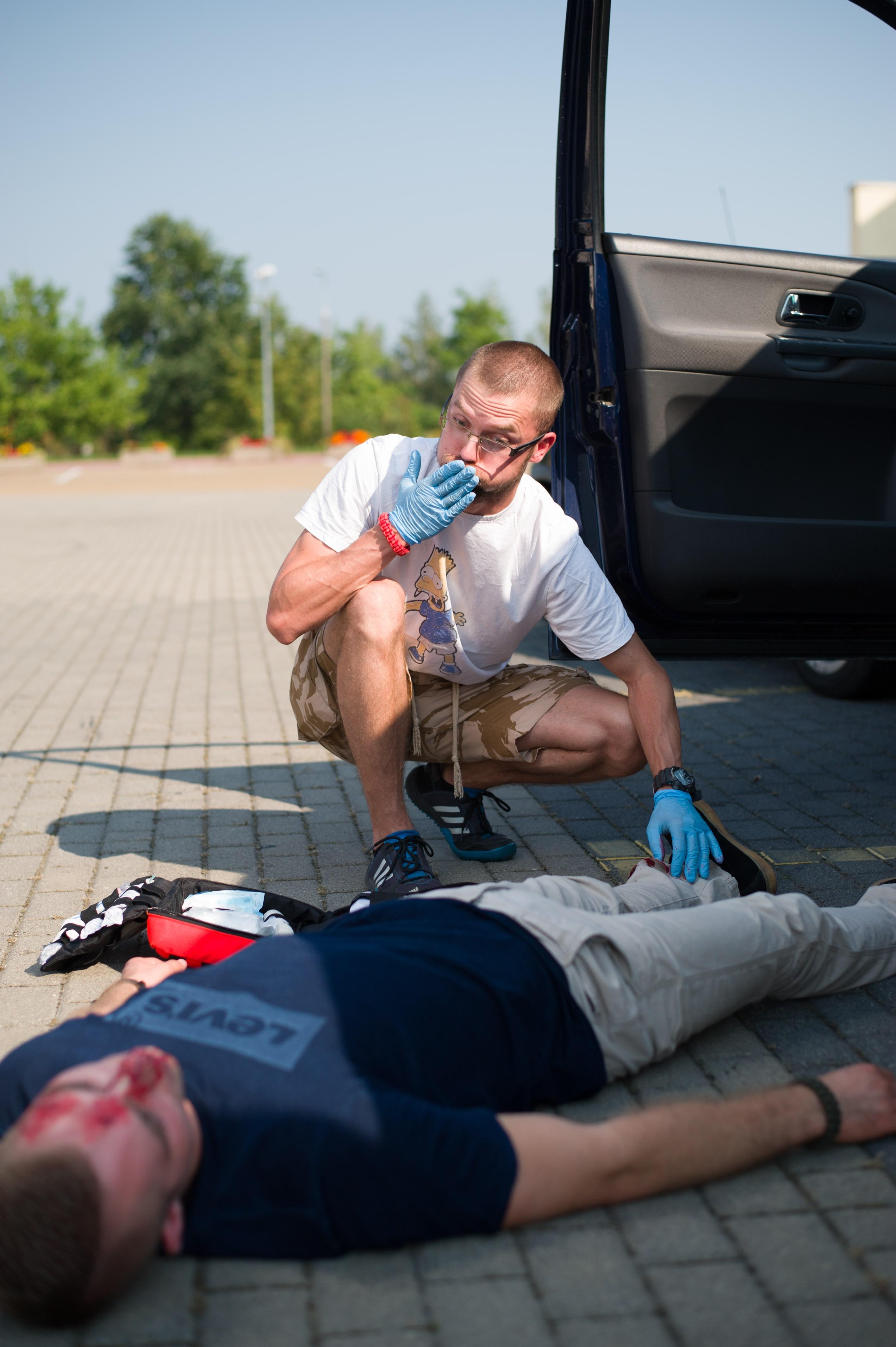 emocje pierwszej pomocy, wypadek samochodowy, apteczka pierwszej pomocy class=