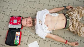 pierwsza pomoc nie oddycha, brak tętna, AED, automatyczna defibrylacja,