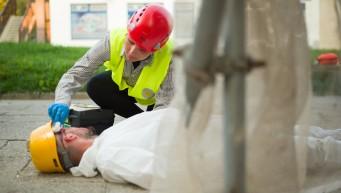 pierwsza pomoc w pracy, BHP dla firm, upadek z wysokości, uraz głowy