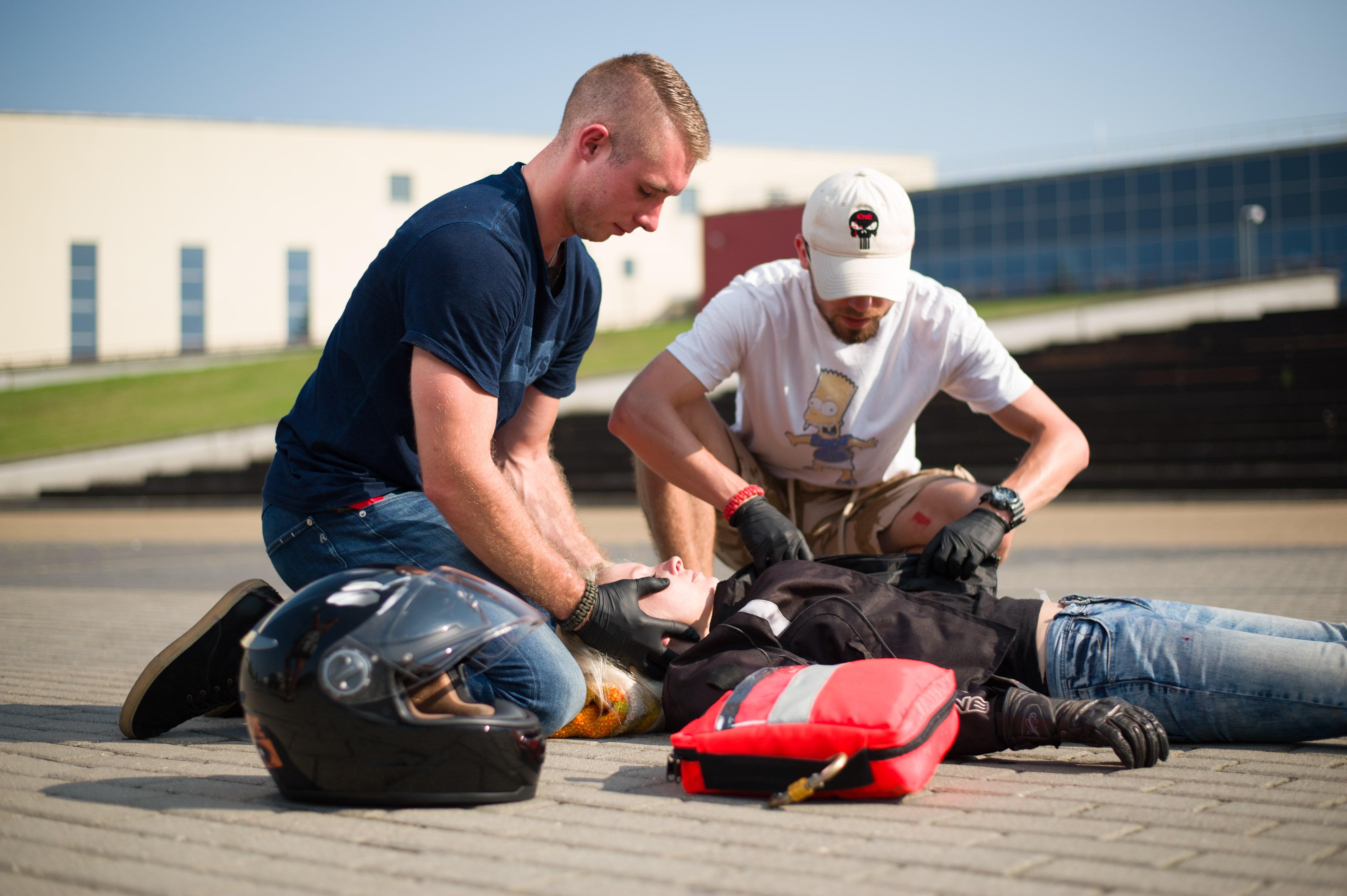 wypadek motocyklowy, stabilizacja odcinka szyjnego, pierwsza pomoc, pomoc class=