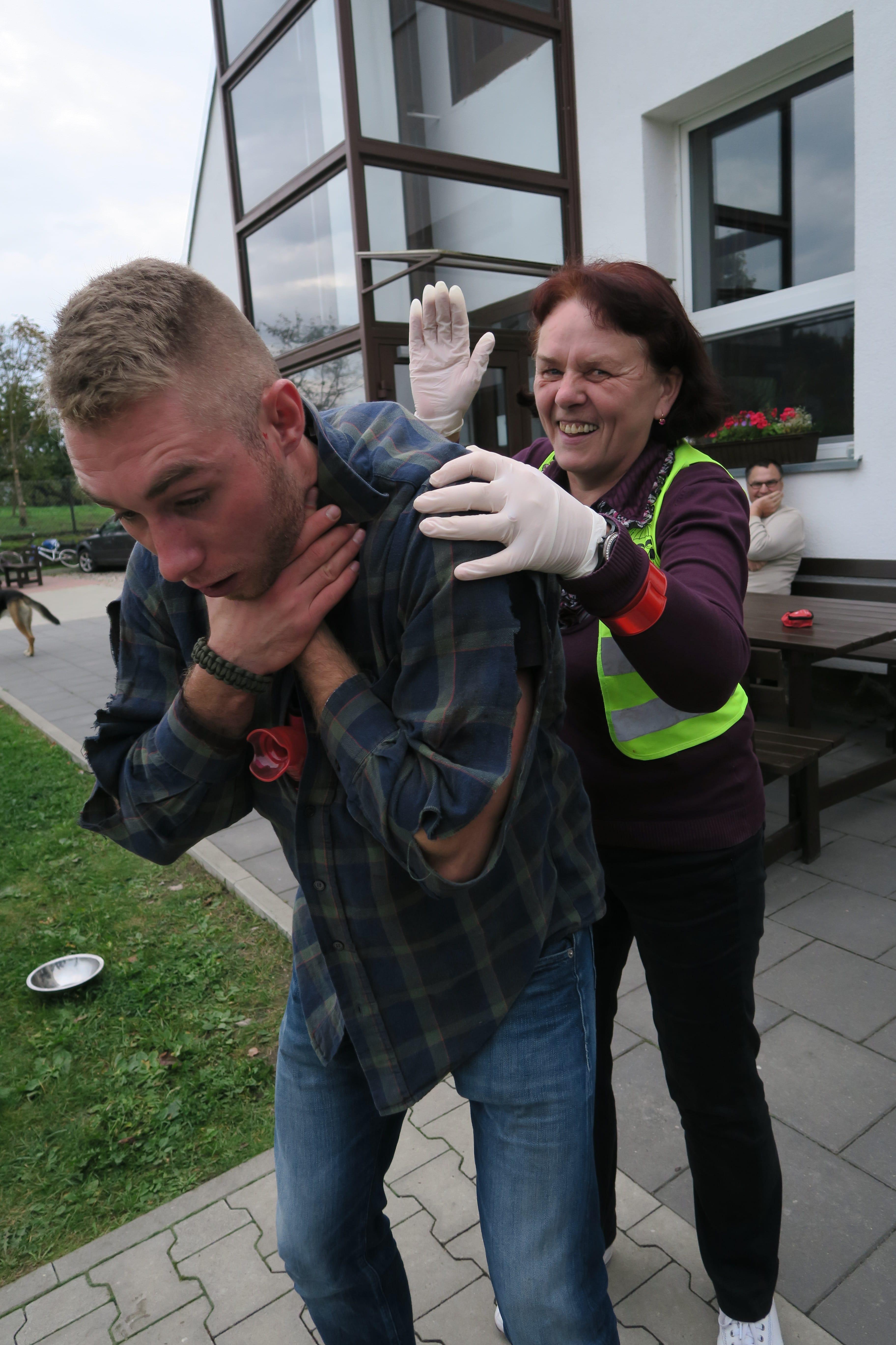 24.pierwsza pomoc zakrztuszenie, manewr heimlicha, uderzenie między łopatkowe class=