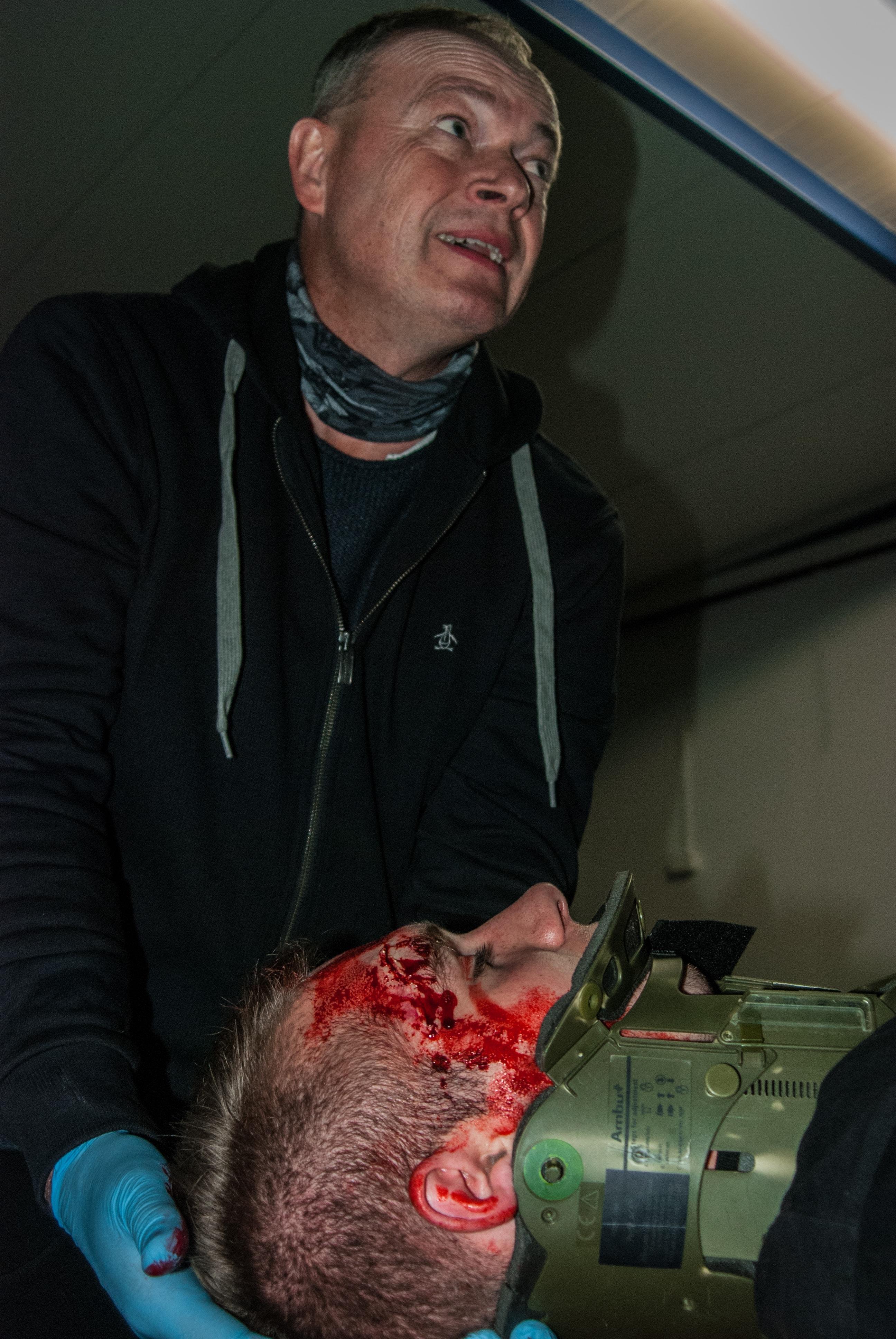 pierwsza pomoc uraz kręgosłupa, kołnierz ortopedyczny, sztuczna krew class=
