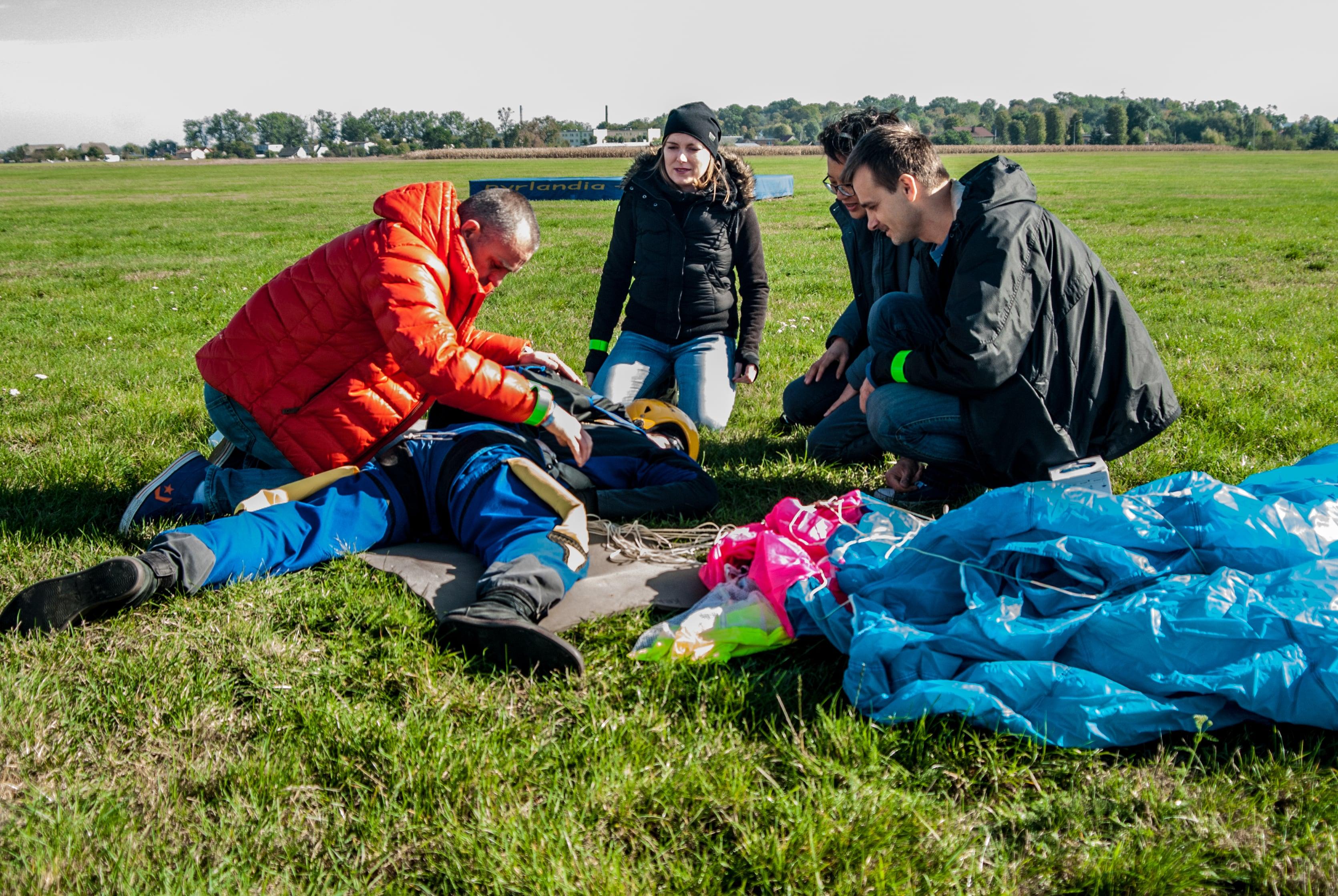 pierwsza pomoc wypadek spadochronowy, skoczek uderzył w ziemię, skydive class=