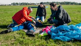 pierwsza pomoc wypadek spadochronowy, skoczek uderzył w ziemię, skydive