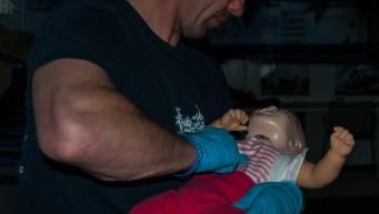 pierwsza pomoc zakrztuszenie dziecka, fantom dziecka, szkoła spadochronowa