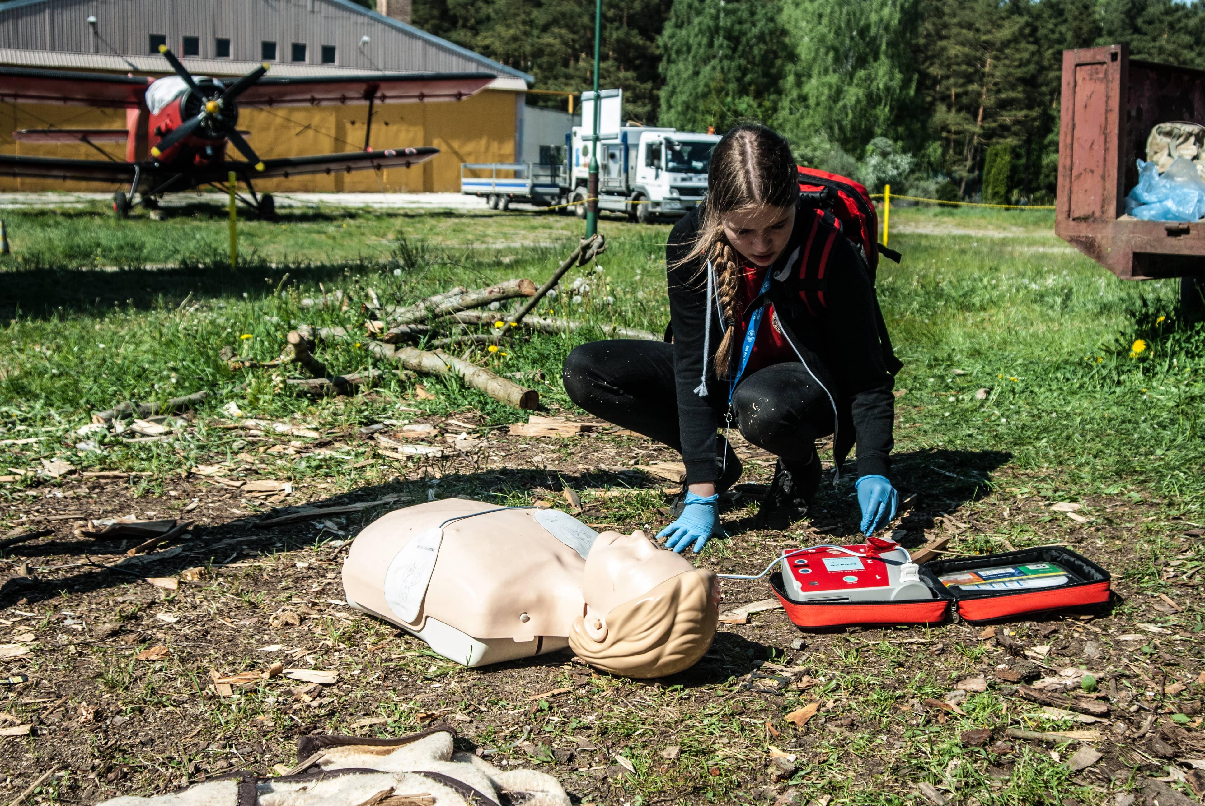 pierwsza pomoc nieprzytomny, nie oddycha, BLS+AED, masaż serca, 30:2 class=