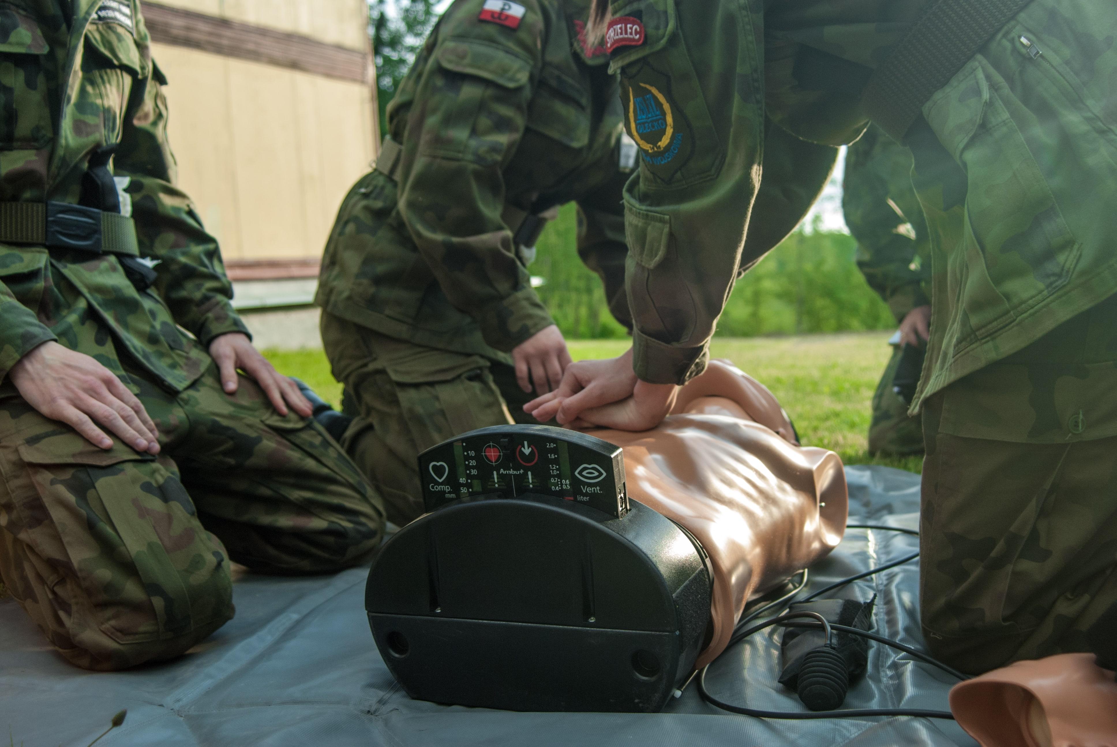 oddechy ratownicze, masaż serca, fantom, resuscytacja, pierwsza pomoc zawał class=