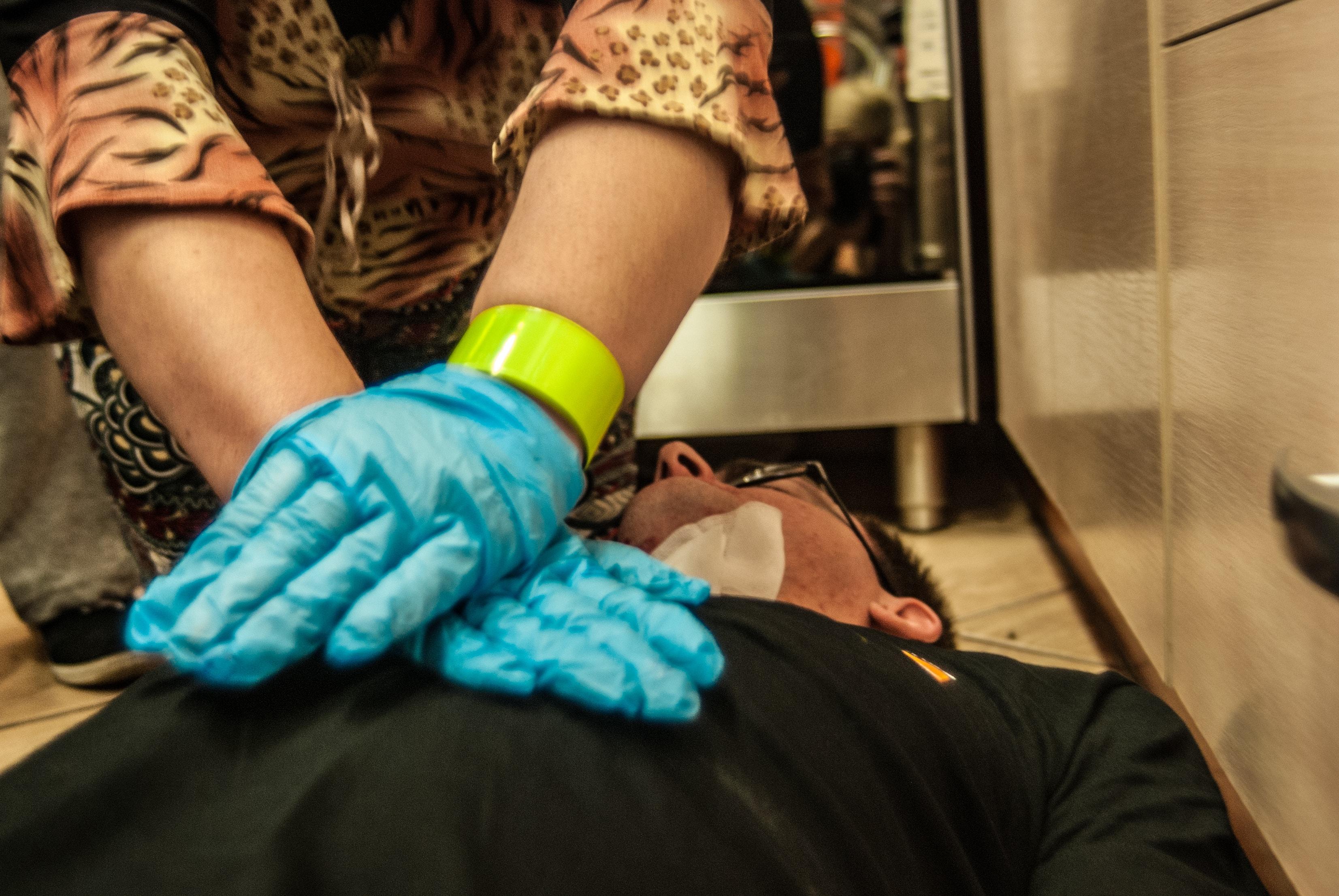 pierwsza pomoc przy zawale, brak oddechu, pierwsza pomoc udar, rękawiczki class=