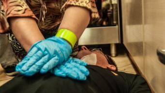 pierwsza pomoc przy zawale, brak oddechu, pierwsza pomoc udar, rękawiczki