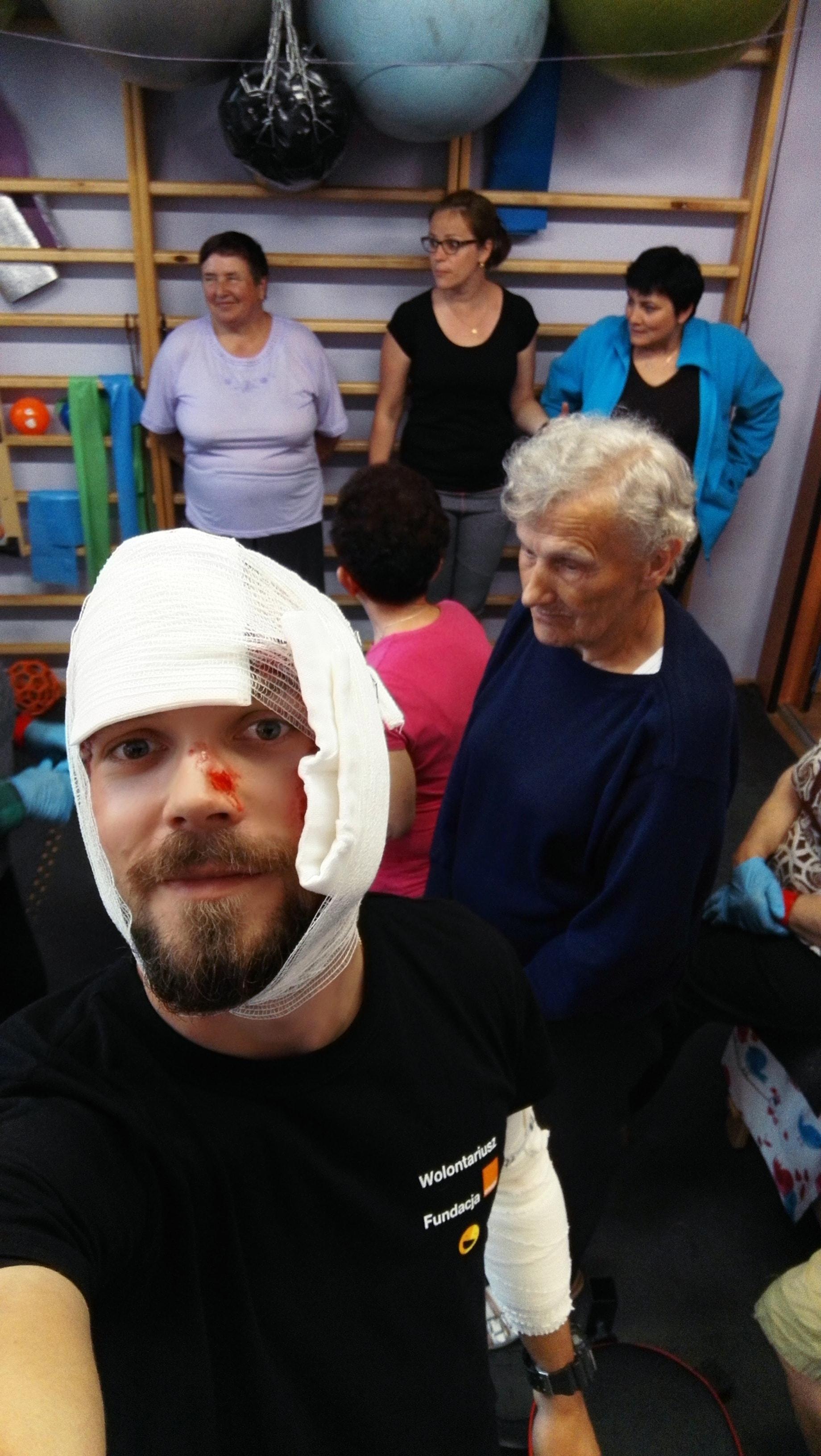 pierwsza pomoc osób starszych, pozorant, praca w grupie, dobra zabawa