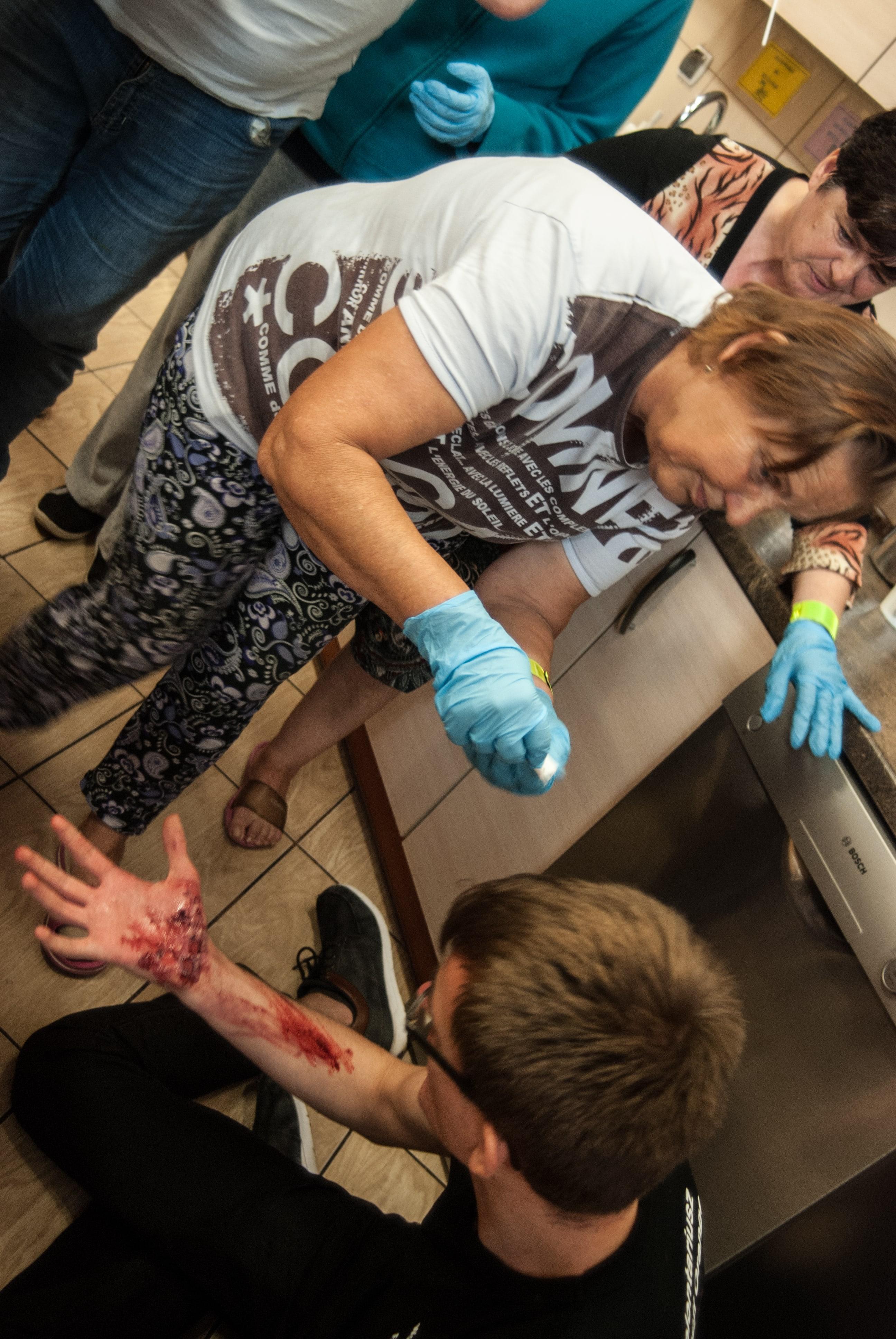 pierwsza pomoc oparzenie ręki, poparzona skóra, jałowe opatrunki, rescue class=