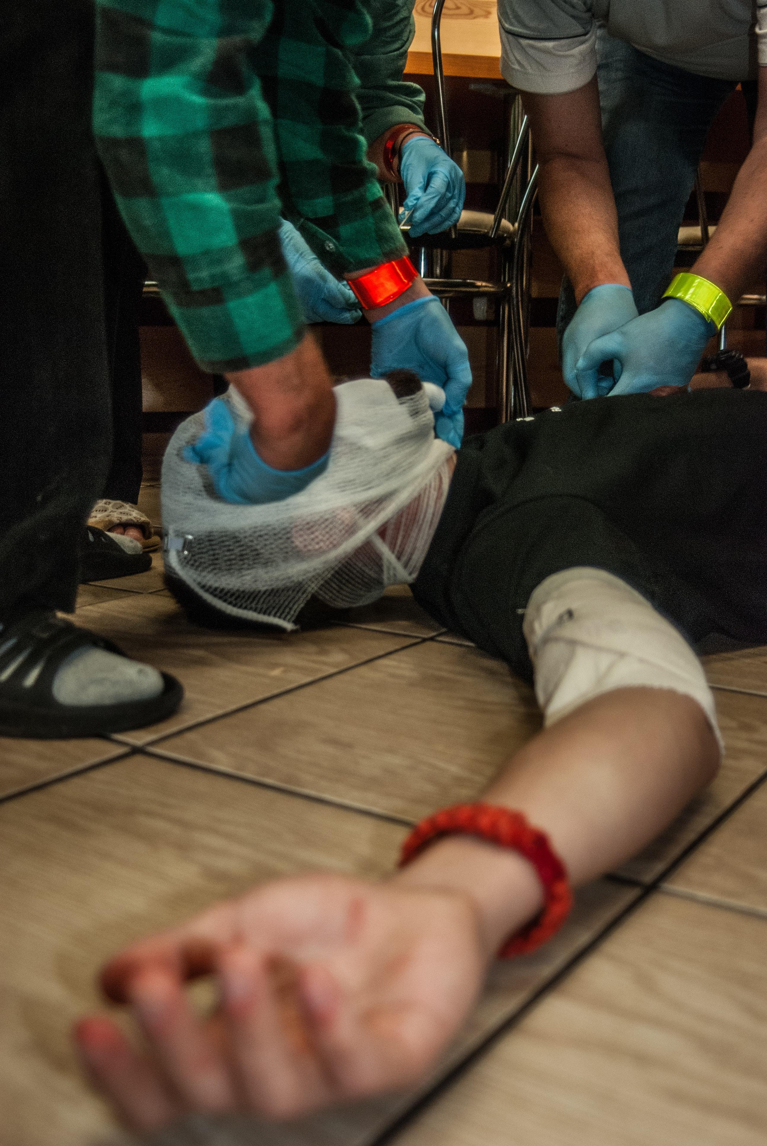 pierwsza pomoc rana twarzy, opatrywanie ran, otarcie, rana otwarta, rescue