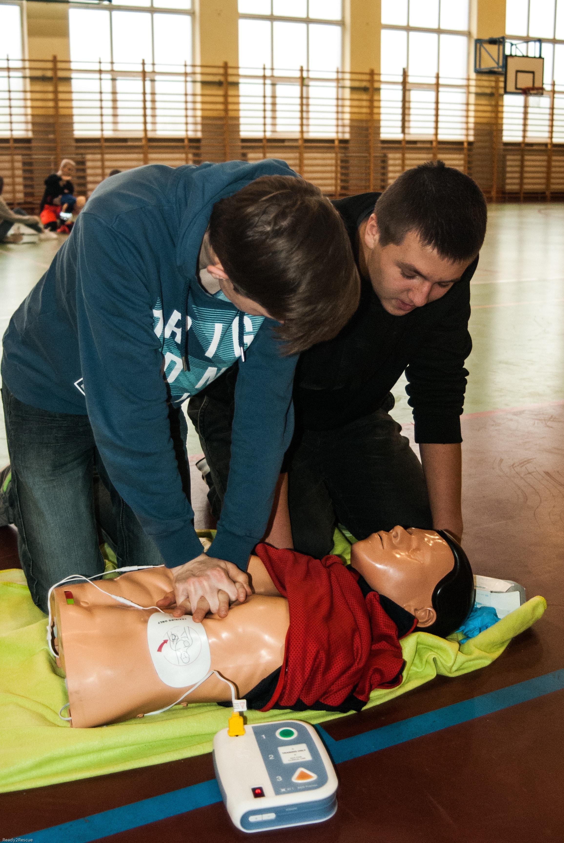 resuscytacja, AED, dwóch ratowników, współpraca